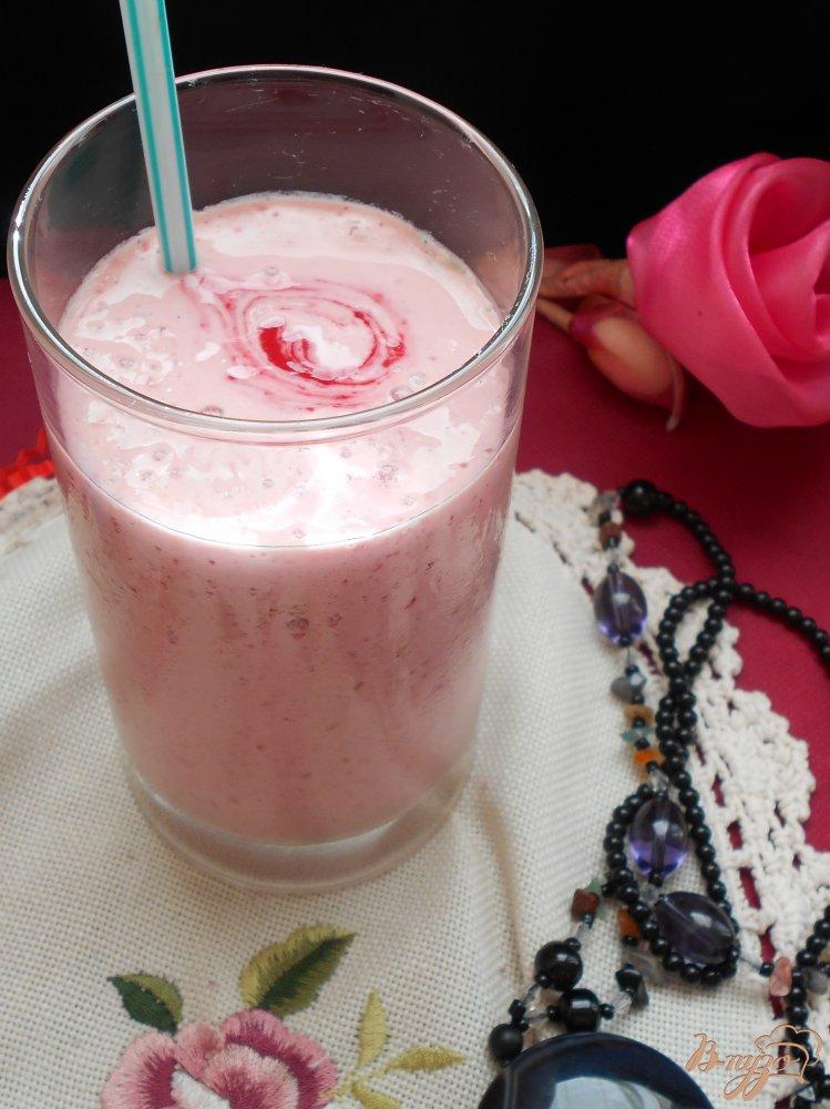 Фото приготовление рецепта: Малиновый коктейль с мороженым шаг №5