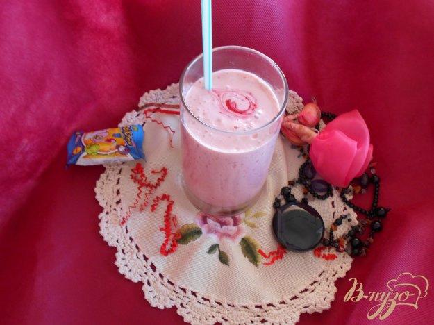 фото рецепта: Малиновый коктейль с мороженым