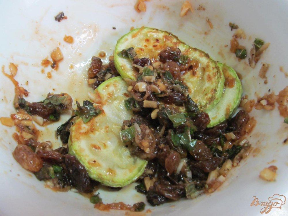 Фото приготовление рецепта: Кабачок с изюмом шаг №5