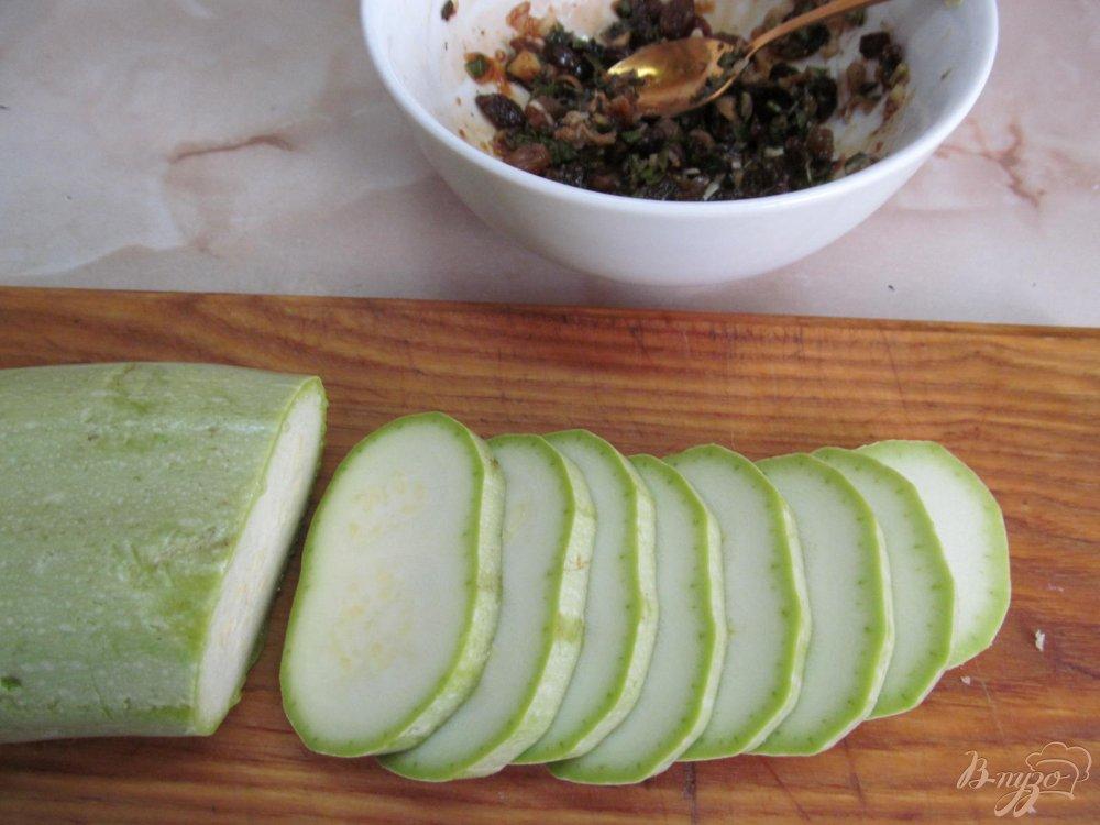 Фото приготовление рецепта: Кабачок с изюмом шаг №3