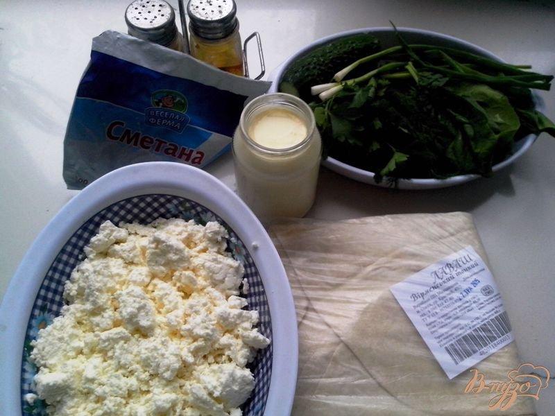 Фото приготовление рецепта: Рулет закусочный из лаваша с творогом, огурцом и шпинатом шаг №1