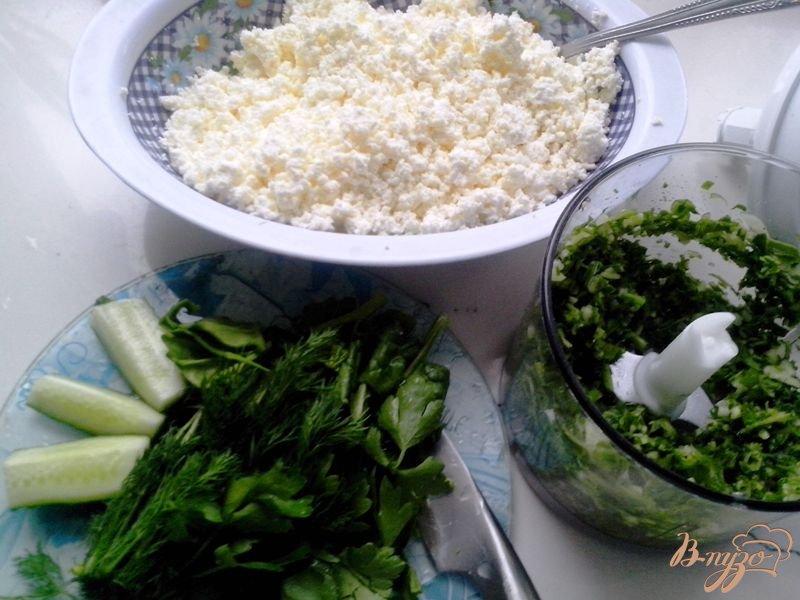 Фото приготовление рецепта: Рулет закусочный из лаваша с творогом, огурцом и шпинатом шаг №2