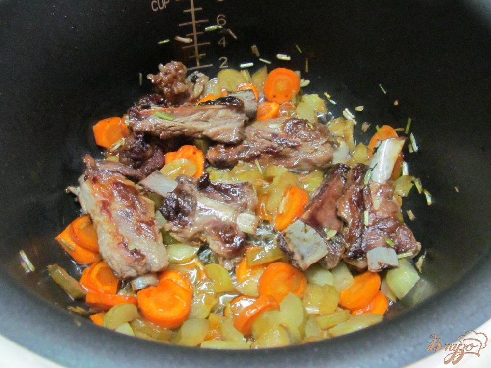 Фото приготовление рецепта: Свиные ребра с фасолью и курагой в мультиварке шаг №6