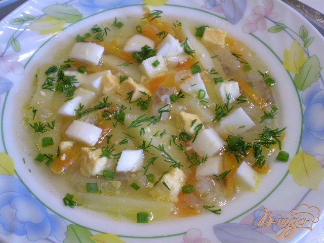 Фото приготовление рецепта: Рыбный суп с яйцо и зеленым луком шаг №9