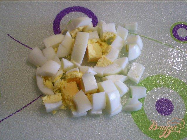 Фото приготовление рецепта: Рыбный суп с яйцо и зеленым луком шаг №7