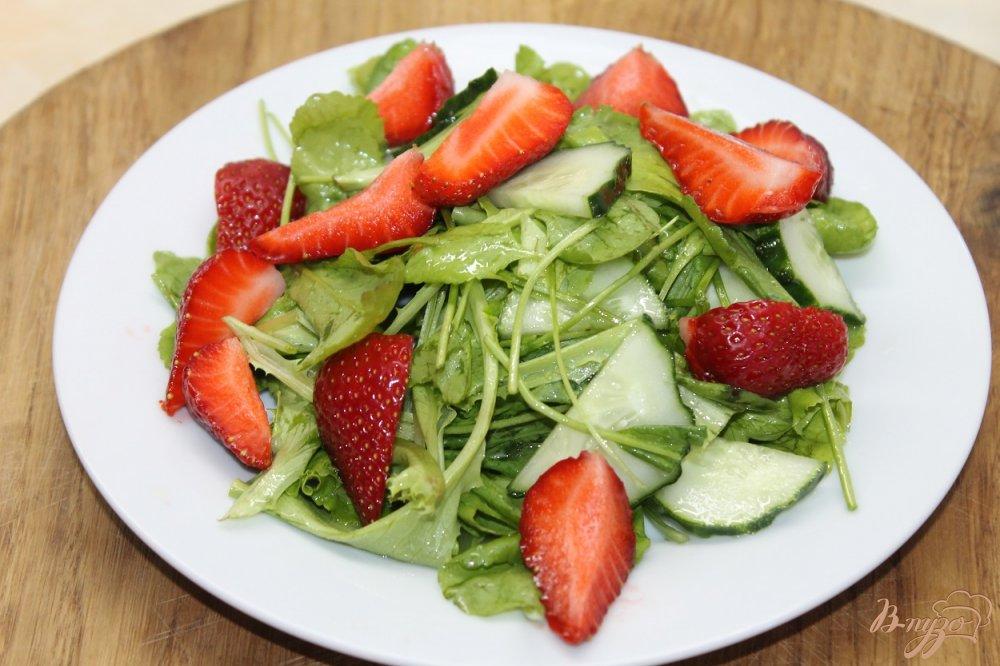 Фото приготовление рецепта: Салат с клубникой и огурцом шаг №5