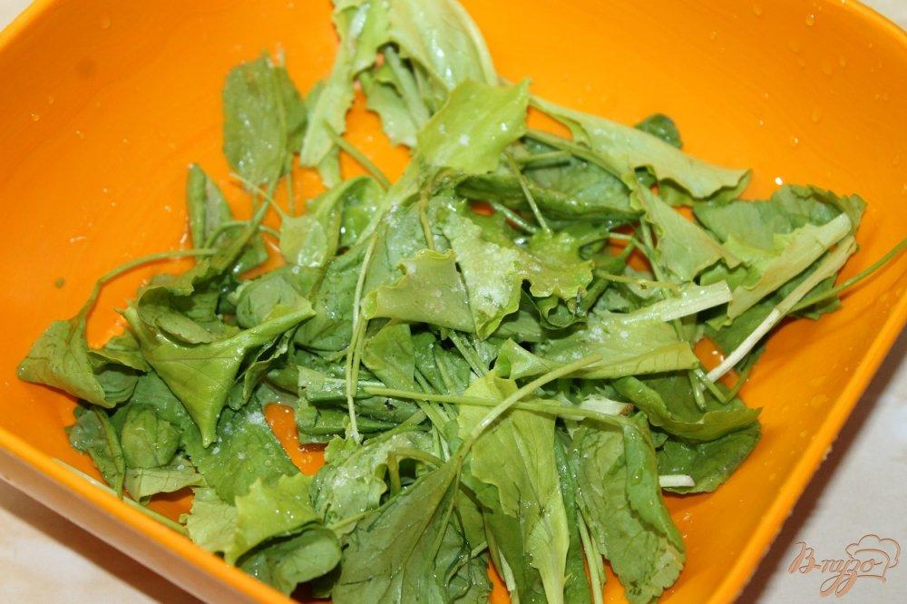Фото приготовление рецепта: Салат с клубникой и огурцом шаг №2