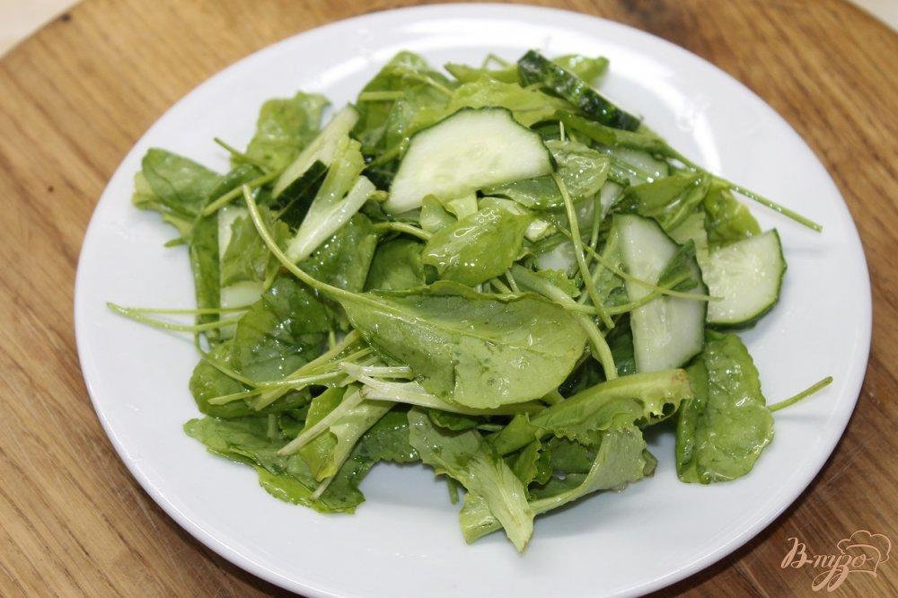 Фото приготовление рецепта: Салат с клубникой и огурцом шаг №4
