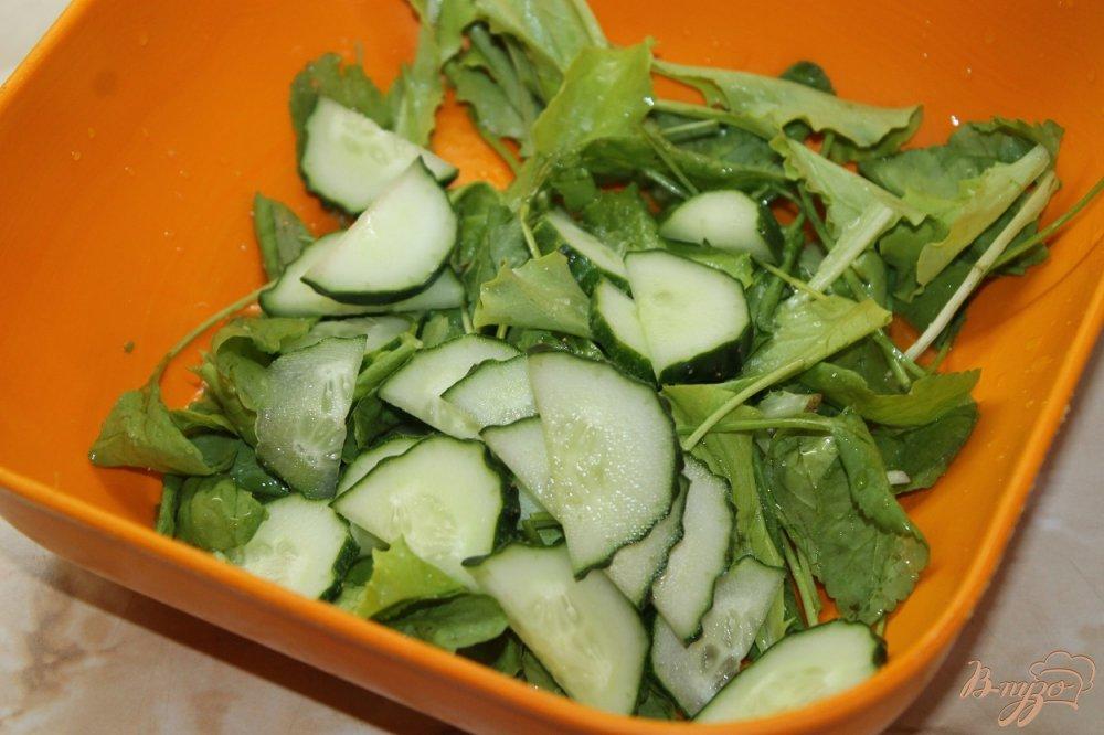 Фото приготовление рецепта: Салат с клубникой и огурцом шаг №3