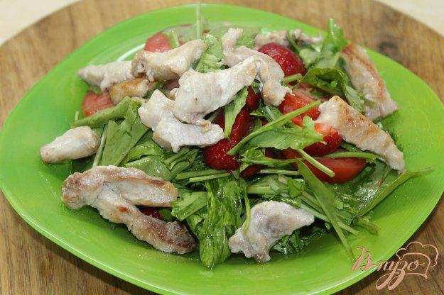фото рецепта: Салат с курицей и клубникой