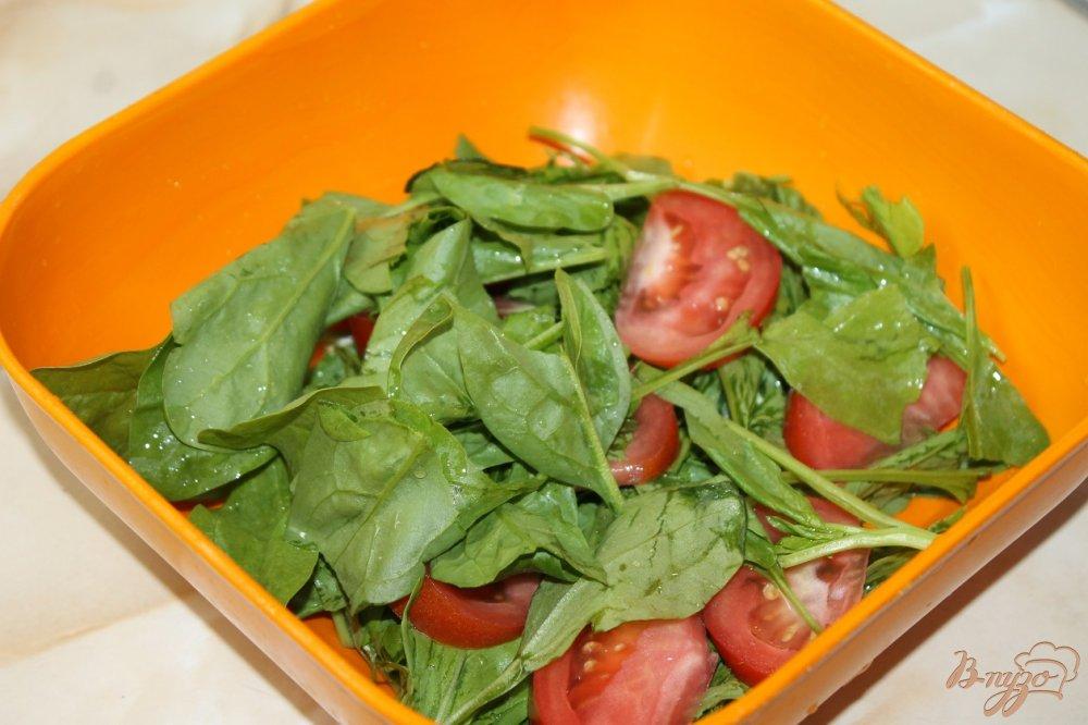 Фото приготовление рецепта: Салат с курицей и клубникой шаг №3