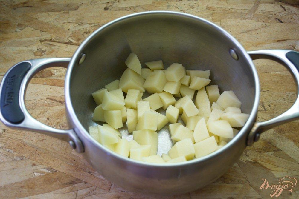 Фото приготовление рецепта: Суп с рыбными консервами и сливками шаг №1