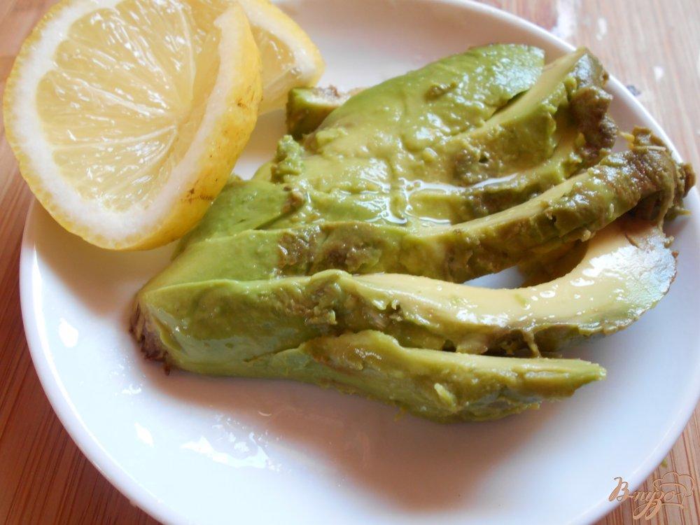 Фото приготовление рецепта: Бутерброд со слабосоленым лососем и авокадо шаг №2