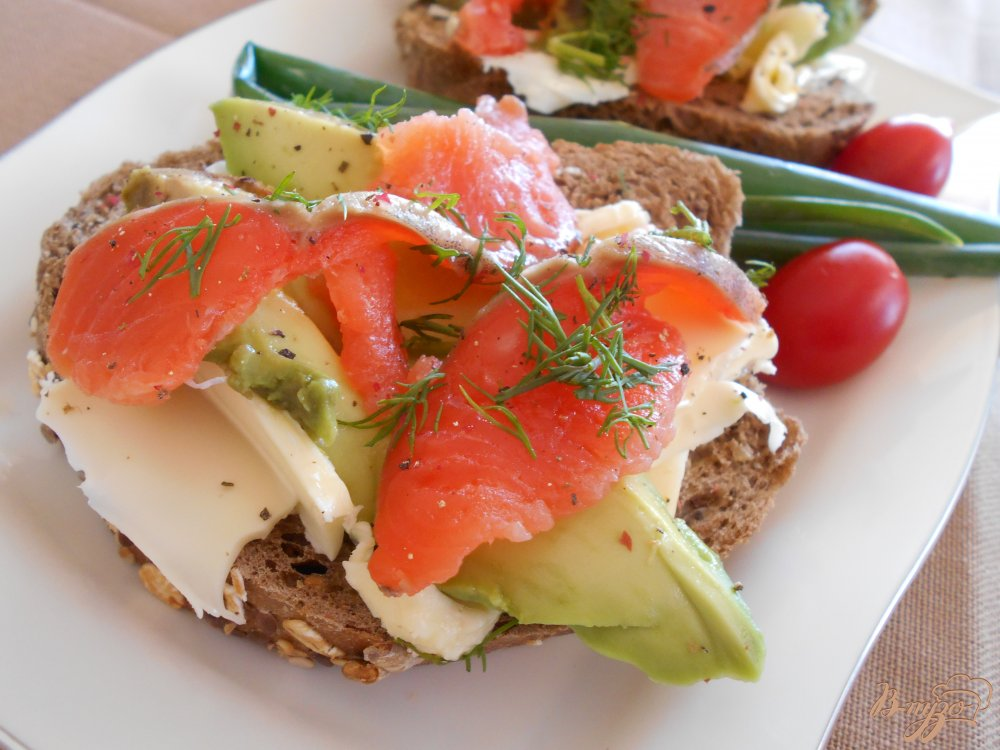 Фото приготовление рецепта: Бутерброд со слабосоленым лососем и авокадо шаг №7