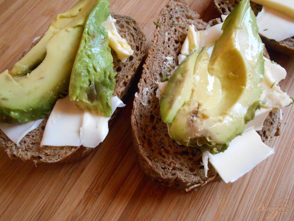 Фото приготовление рецепта: Бутерброд со слабосоленым лососем и авокадо шаг №5