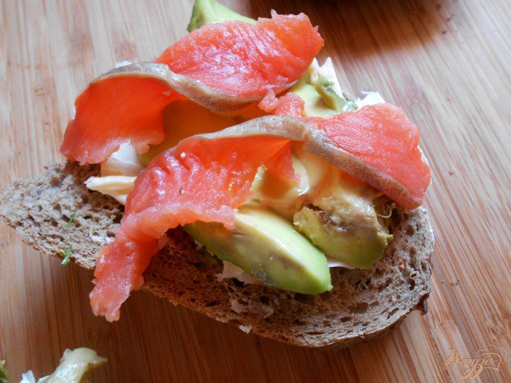 Фото приготовление рецепта: Бутерброд со слабосоленым лососем и авокадо шаг №6