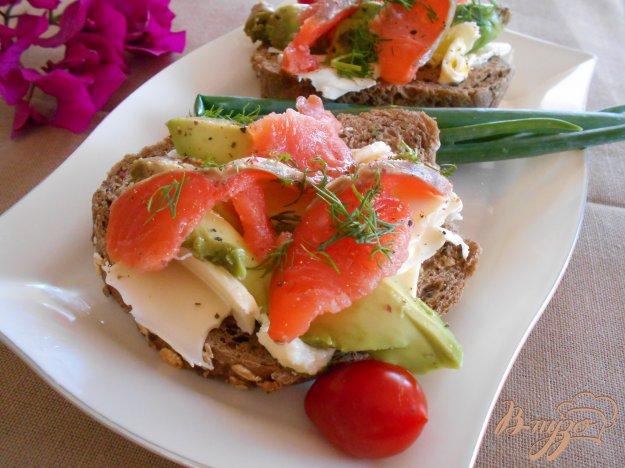 фото рецепта: Бутерброд со слабосоленым лососем и авокадо