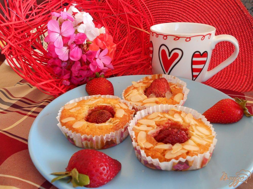 Фото приготовление рецепта: Кексы с клубникой и миндалем шаг №6