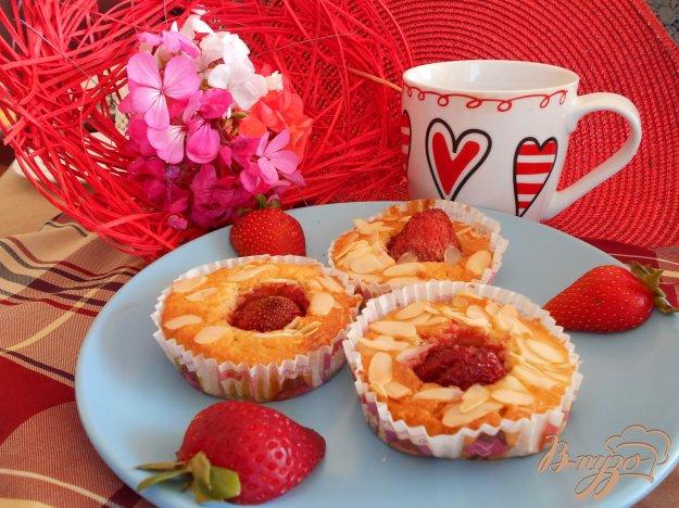 фото рецепта: Кексы с клубникой и миндалем