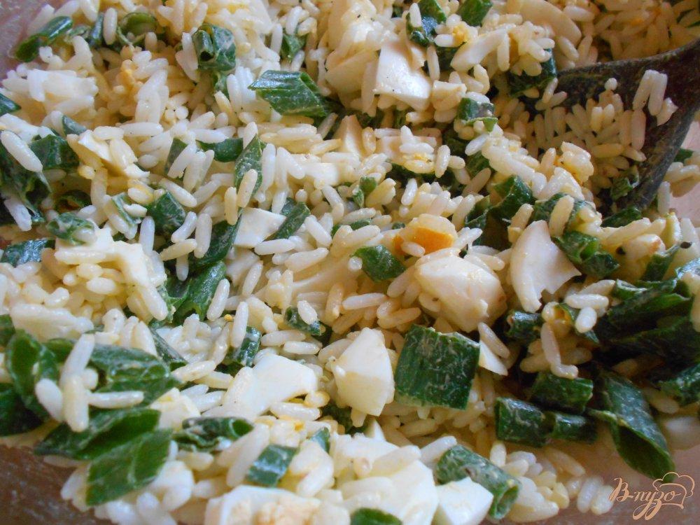Фото приготовление рецепта: Салат с тунцом, рисом и яйцом шаг №5