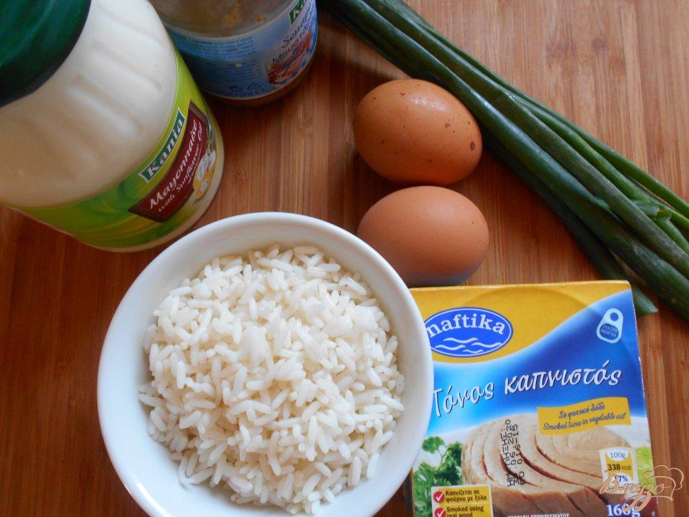 Фото приготовление рецепта: Салат с тунцом, рисом и яйцом шаг №1