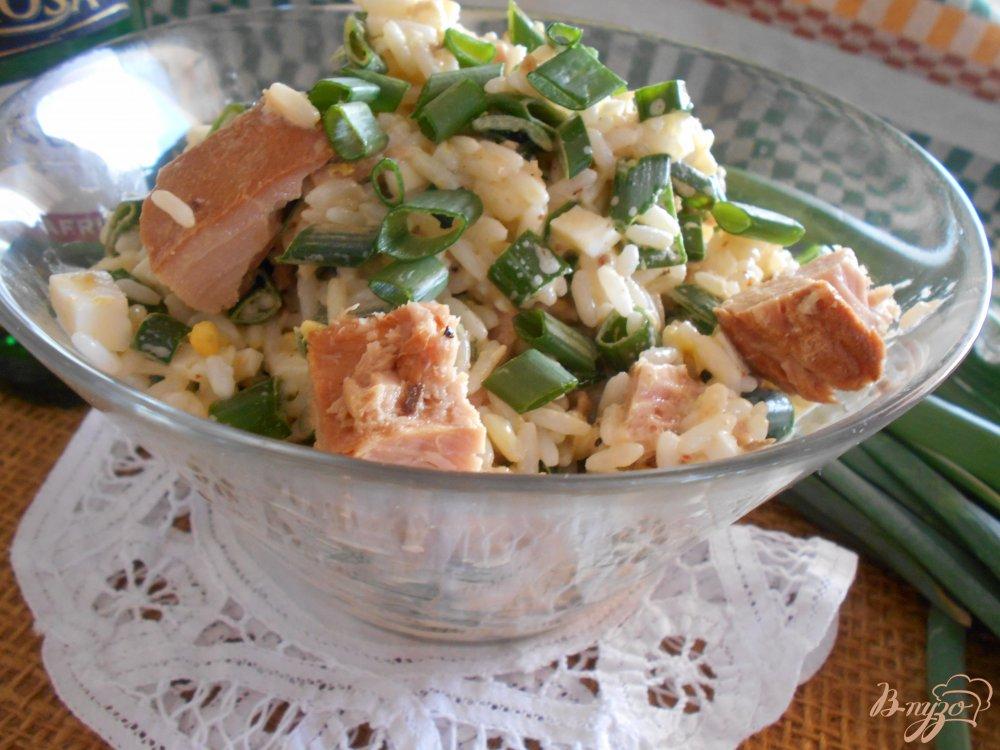 Фото приготовление рецепта: Салат с тунцом, рисом и яйцом шаг №9