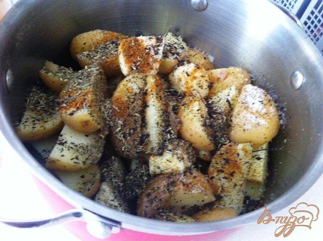 Фото приготовление рецепта: Молодой пряный картофель шаг №4