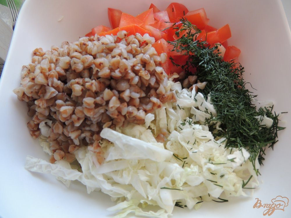 Фото приготовление рецепта: Лёгкий салат с помидорами и гречкой шаг №4