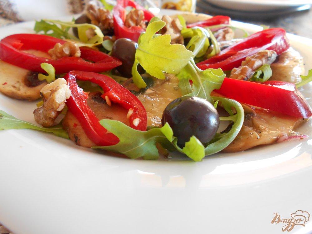 Фото приготовление рецепта: Салат с грибами и болгарским перцем шаг №6