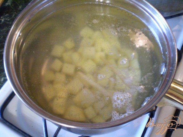 Фото приготовление рецепта: Суп с минтаем, морской капустой и шампиньонами шаг №3
