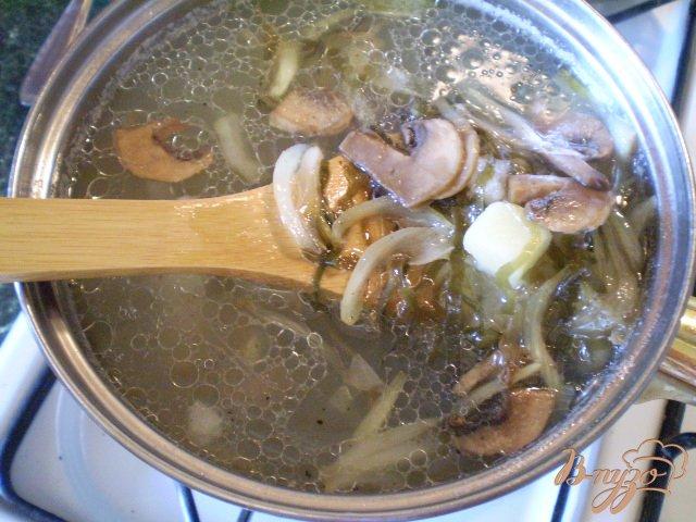 Фото приготовление рецепта: Суп с минтаем, морской капустой и шампиньонами шаг №7