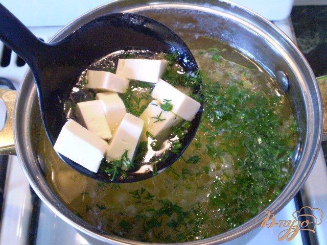 Фото приготовление рецепта: Суп из минтая и сыра шаг №8