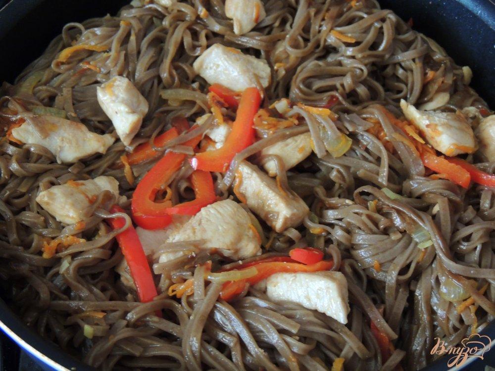 Фото приготовление рецепта: Соба с курицей и овощами шаг №5