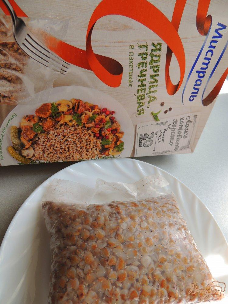 Фото приготовление рецепта: Салат с горбушей и гречкой шаг №2