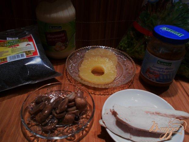 Салат из куриного филе и ананаса с оригинальной заправкой.