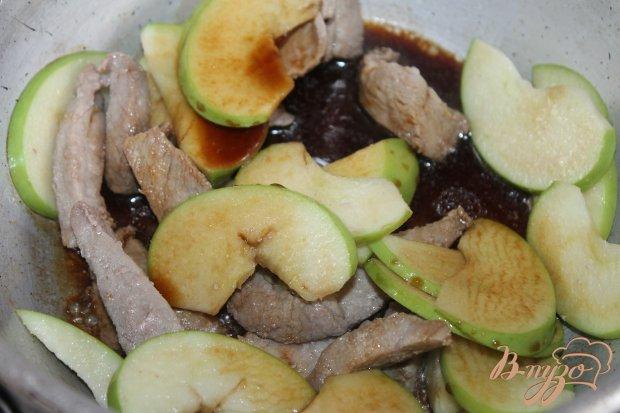 Тушенная свинина с зеленым яблоком и соевым соусом