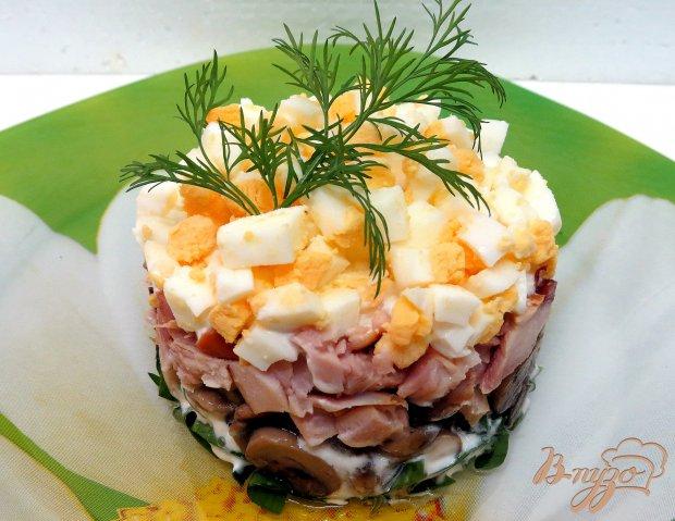 Салат из черемши, копч. окорочка и грибов.