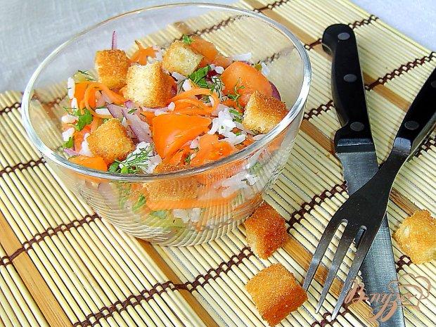 Рисовый салат с овощами и гренками