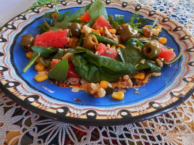 Салат с грейфрутом, шпинатом и семечками