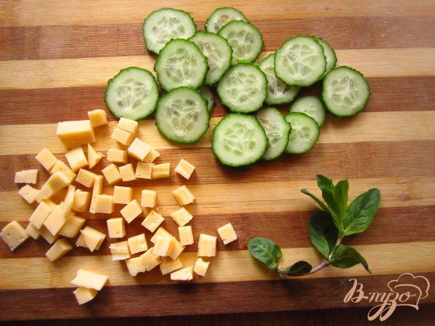 Салат с сыром и зеленью с мятно-лимонной заправкой