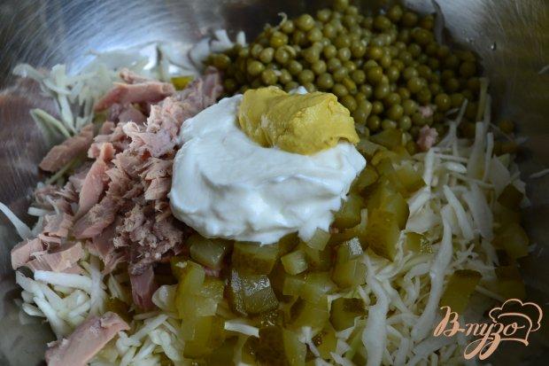 Капустный салат с тунцом и горошком