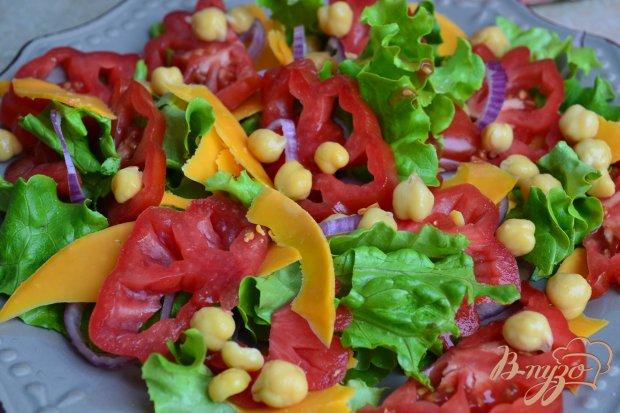 Салат с помидорами,  копченой курицей ,сыром и нутом +соус