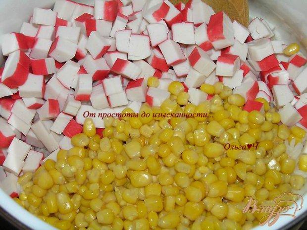 Рисовый салат с крабовыми палочками и кукурузой