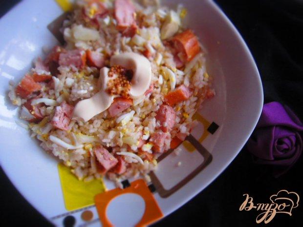 Салат с рисом, копчеными сосисками и маринованным луком