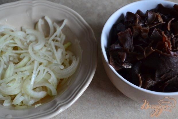 Салат с рукколой, морковью и черными грибами