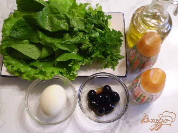 Зеленый салат с яйцом и маслинами