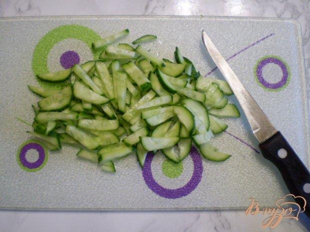 Салат с курицей гриль, фасолью и свежими огурцами