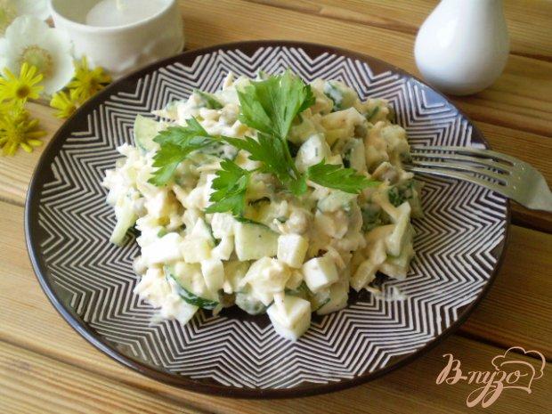 Салат с отварной рыбой, сыром и горошком