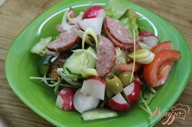 Легкий овощной салат с рукколой и салями