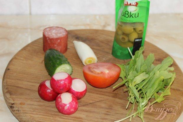 Рецепт Легкий овощной салат с рукколой и салями